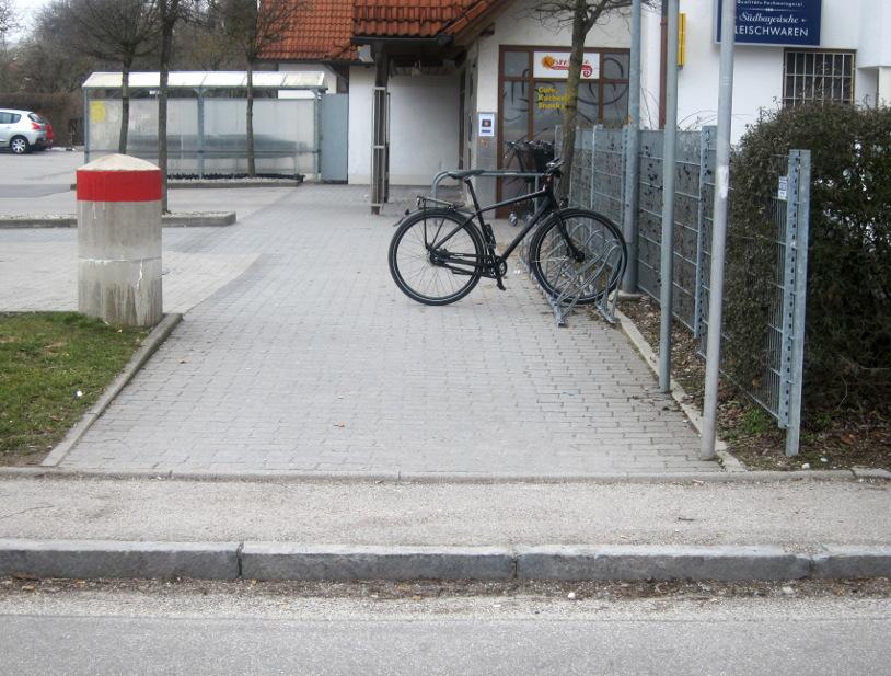 Zufahrt zum Edeka Radlabstellplatz ohne Bordsteinabsenkung