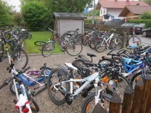 Zu wenig Stellplätze, fehlende Überdachung und ungünstig gelegen: Grundschule Weßling