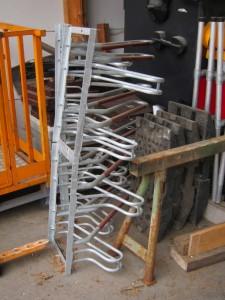 Zwei Radlständer warten am Bauhof auf ihre Verwendung