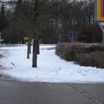 Nicht asphaltierter Radweg zwischen Aldi-Einfahrt und Kreisel